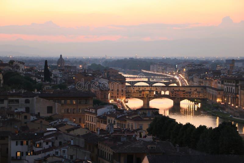 Ponte Vecchio most w Florencja przy półmrokiem zdjęcie stock