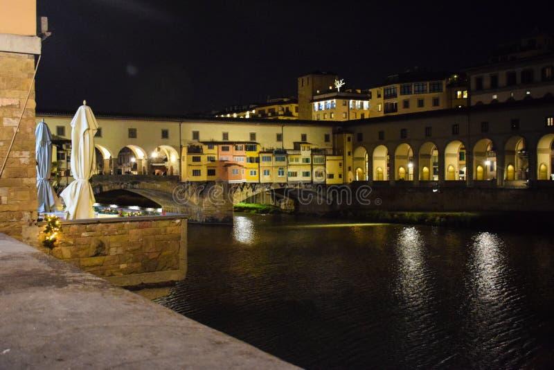 Ponte Vecchio och Arno flod i Florence arkivbild