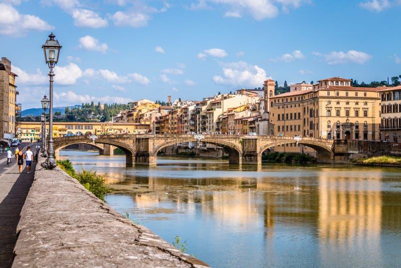 Ponte Vecchio over de Arno-rivier in Florence, Toscanië, Italië stock foto's