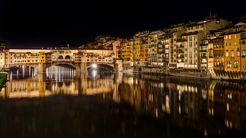 Ponte Vecchio på natten i Florence, Italien arkivbild