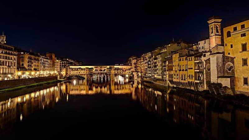 Ponte Vecchio på natten i Florence, Italien royaltyfria foton