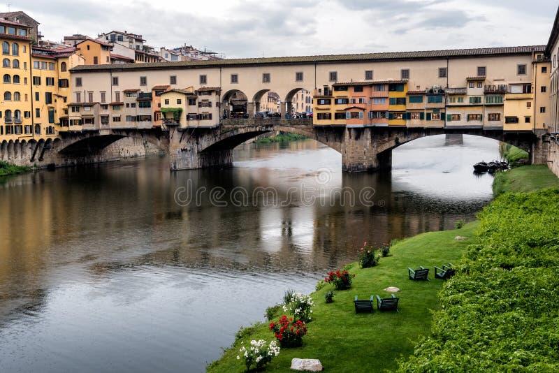 Ponte Vecchio, ponte velha famosa em Florença no rio de Arno, Florença, Toscânia, Itália foto de stock