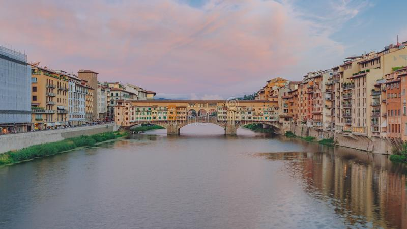 Ponte Vecchio sobre Arno River no crepúsculo em Florença, Itália fotografia de stock royalty free