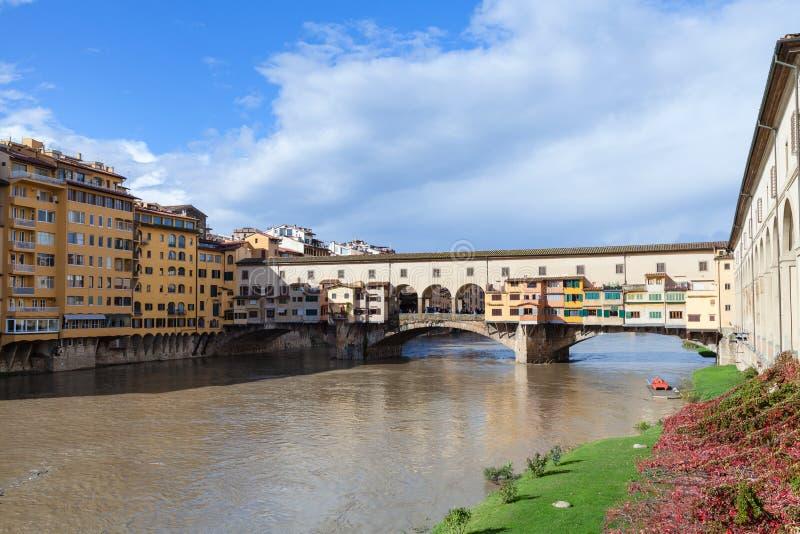 Ponte Vecchio sopra il fiume di Arno nel giorno soleggiato di autunno immagini stock