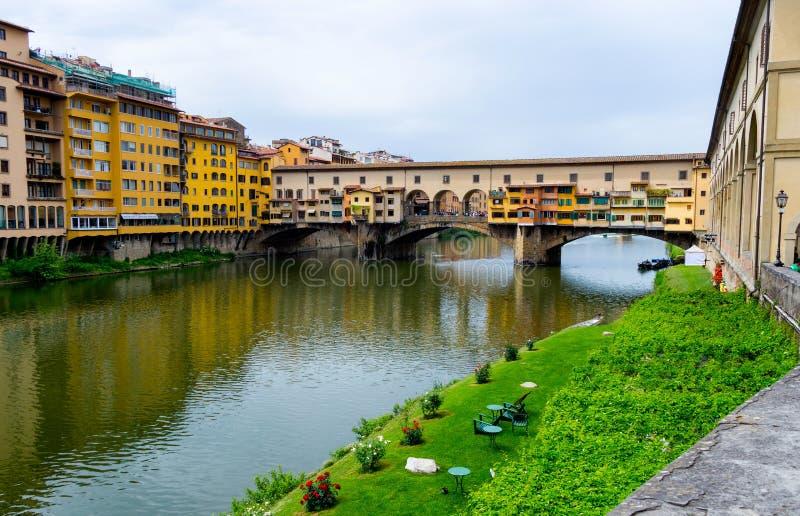 Ponte Vecchio, vecchio ponte famoso a Firenze sul fiume di Arno, immagini stock