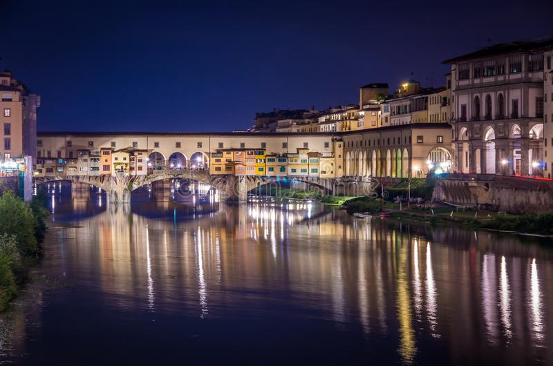 Ponte Vecchio w Florencja Arno rzeką przy nocą, Florencja, Firenze, Włochy fotografia royalty free