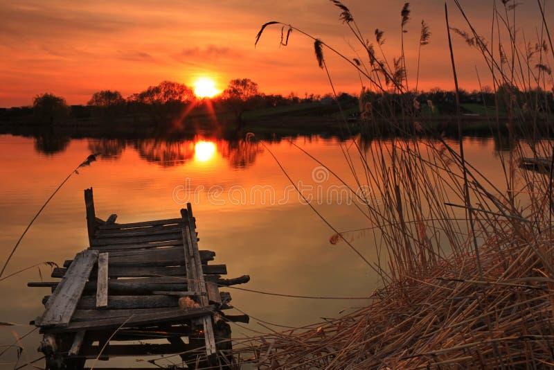 Ponte velha da pesca no lago fotos de stock