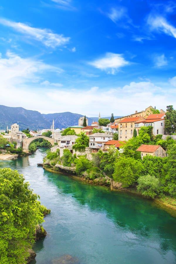 Ponte velha da vista bonita em Mostar no rio, na Bósnia e na Herzegovina de Neretva foto de stock royalty free