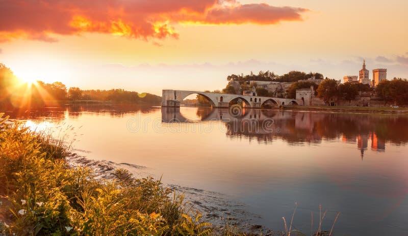 Ponte velha de Avignon durante o por do sol em Provence, França imagem de stock