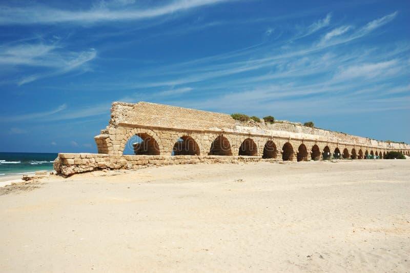 Ponte velha do aqueduto de Caesarea, Israel fotografia de stock royalty free