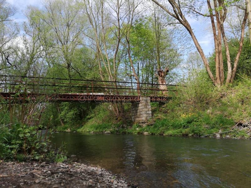 Ponte velha do ferro sobre o rio fotos de stock
