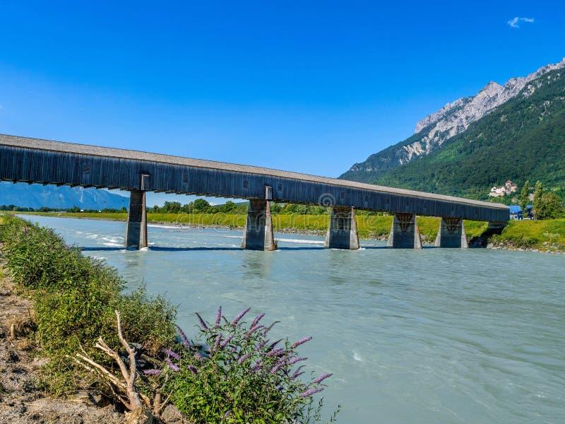 Ponte velha do Reno de Suíça a Liechtenstein, Vaduz, Liech fotografia de stock