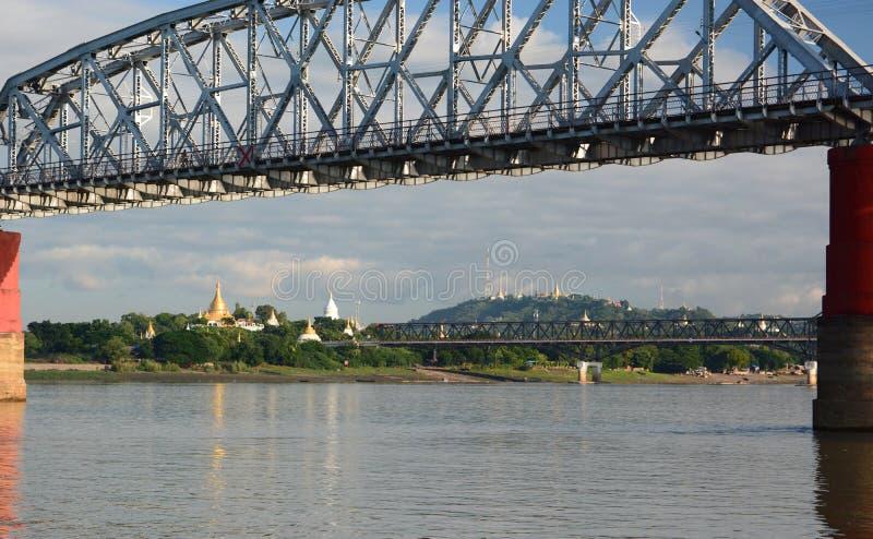Ponte velha e nova de Ava no rio de Irrawaddy Sagaing myanmar fotografia de stock
