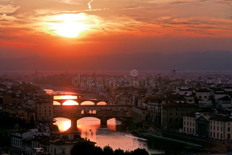 A ponte velha em Florença no crepúsculo fotografia de stock royalty free