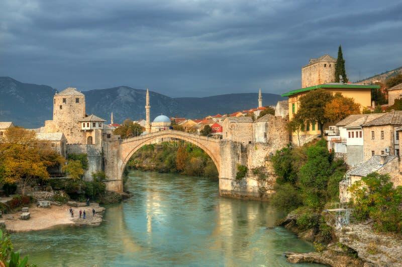 Ponte velha em Mostar, em Bósnia e em Herzegovina, sobre o rio de Neretva fotografia de stock