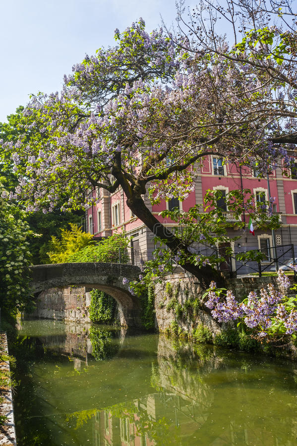Ponte velha no canal de Martesana (Milão) imagem de stock royalty free