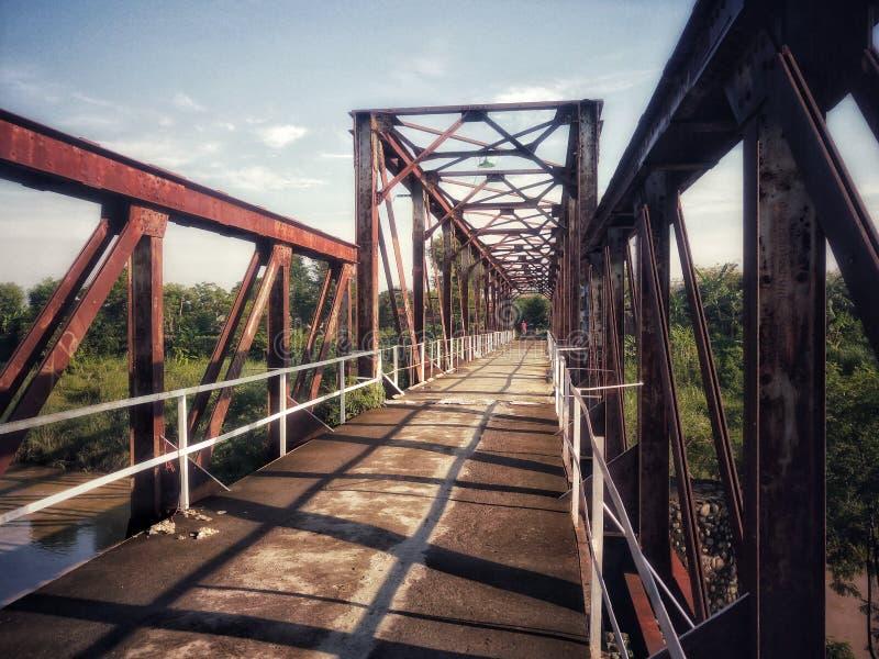ponte velha que foi resistida, uma ponte anterior deixada sobre da guerra mundial foto de stock