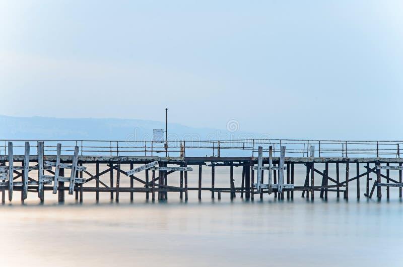 Ponte velha sobre a água do mar azul místico, a costa do Mar Negro fotografia de stock