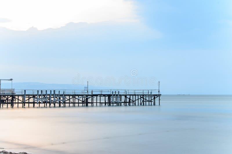 Ponte velha sobre a água do mar azul místico, a costa do Mar Negro fotografia de stock royalty free