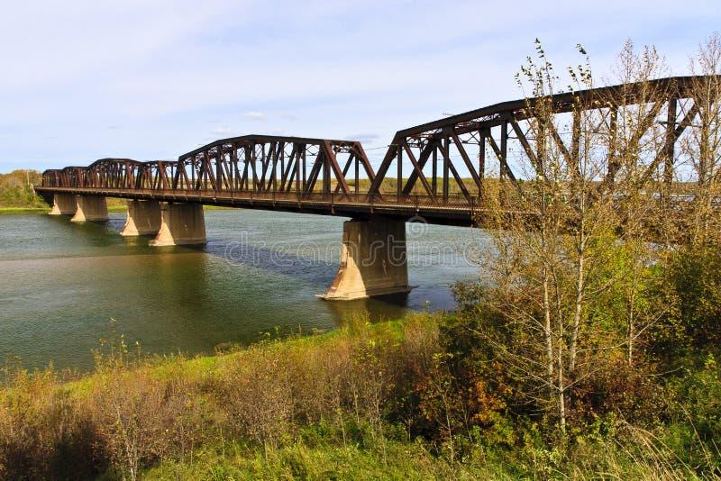 Ponte velha sobre o rio foto de stock
