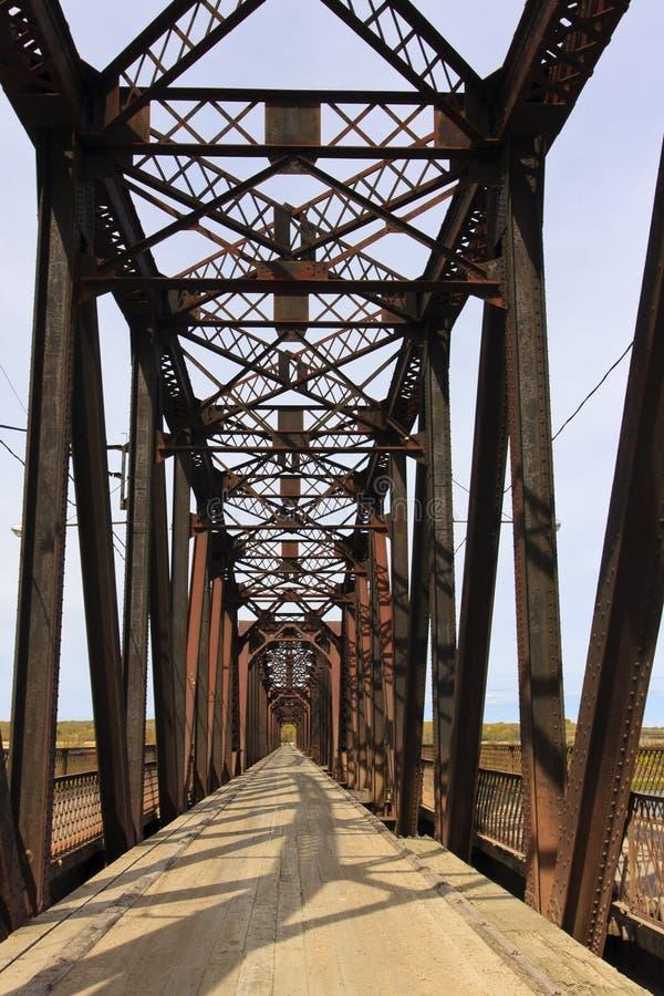 Ponte velha sobre o rio imagens de stock royalty free