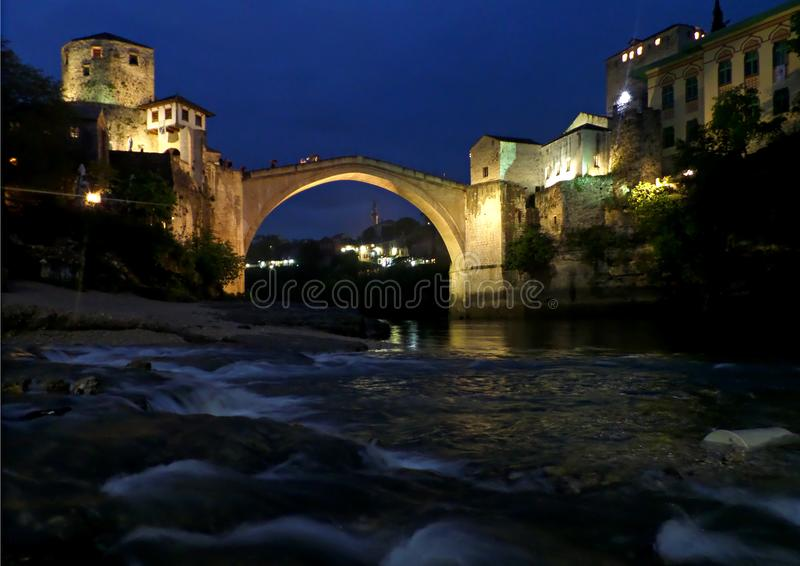 A ponte velha sobre o rio de Neretva na noite, a cidade histórica de Mostar, Bósnia e Herzegovina foto de stock