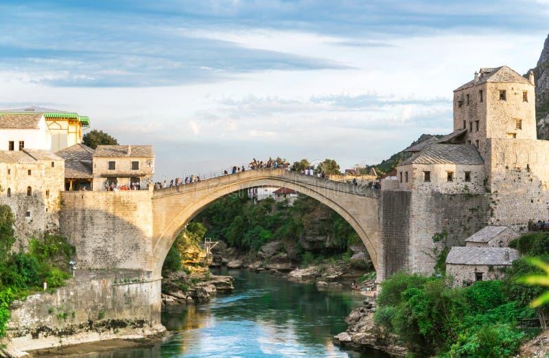 Ponte velha sobre o rio de Neretva no por do sol, no Mostar, na Bósnia e na Herzegovina fotografia de stock