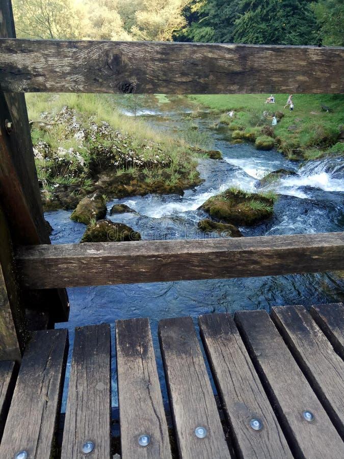 Ponte velha sobre o rio pequeno fotografia de stock royalty free