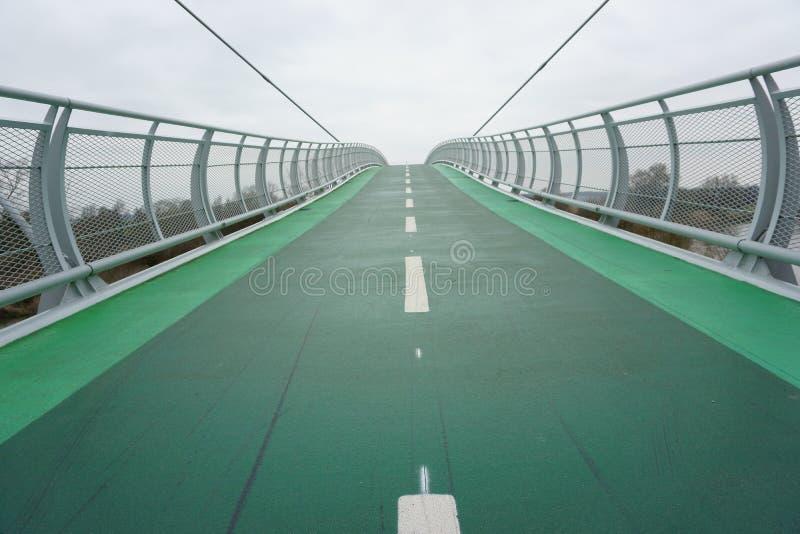 Ponte verde della bici a cielo in nessun posto immagine stock libera da diritti