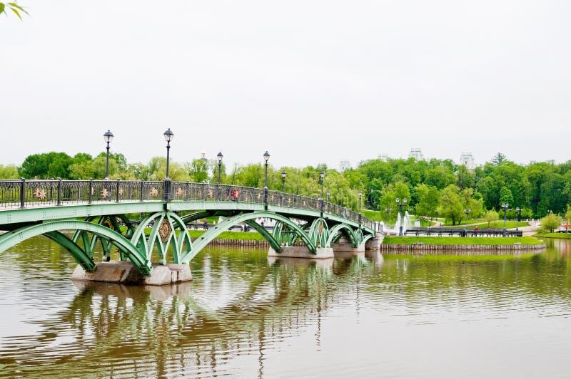 Ponte verde nel parco di Tsaritsino, Mosca fotografie stock