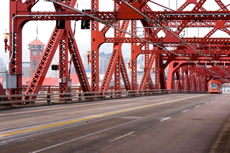 Ponte vermelha de Broadway sobre o rio de Willamette na sagacidade do centro de Portland imagens de stock