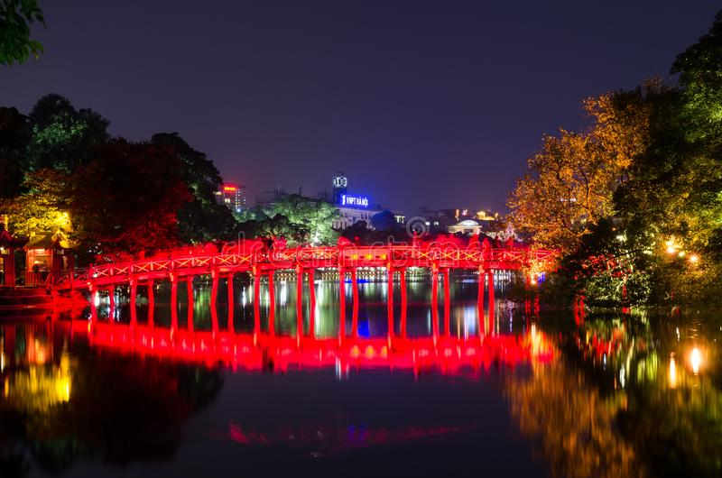 Ponte vermelha de Huc no lago Hoan Kiem, Hanoi Lago do ` do significado do lago Hoan Kiem do ` retornado da espada Os povos podem imagem de stock royalty free