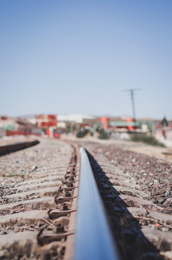 Ponte vermelha para trilhas do trem fotos de stock royalty free