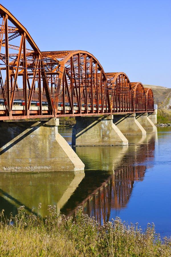 Ponte vermelha sobre o rio calmo imagens de stock royalty free