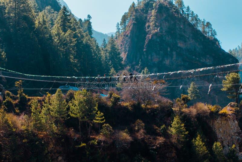 Ponte vicino al campo base di Everest nel Nepal fotografia stock