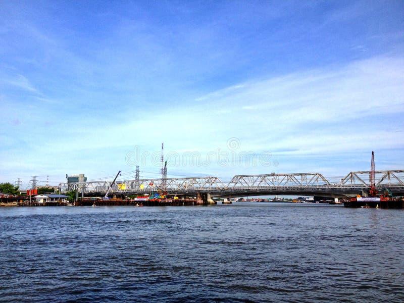 Ponte vicino al fiume ed al bello fondo fotografie stock