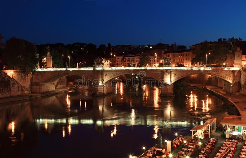 Ponte Vittorio Emanuele II na noite em Roma imagens de stock royalty free
