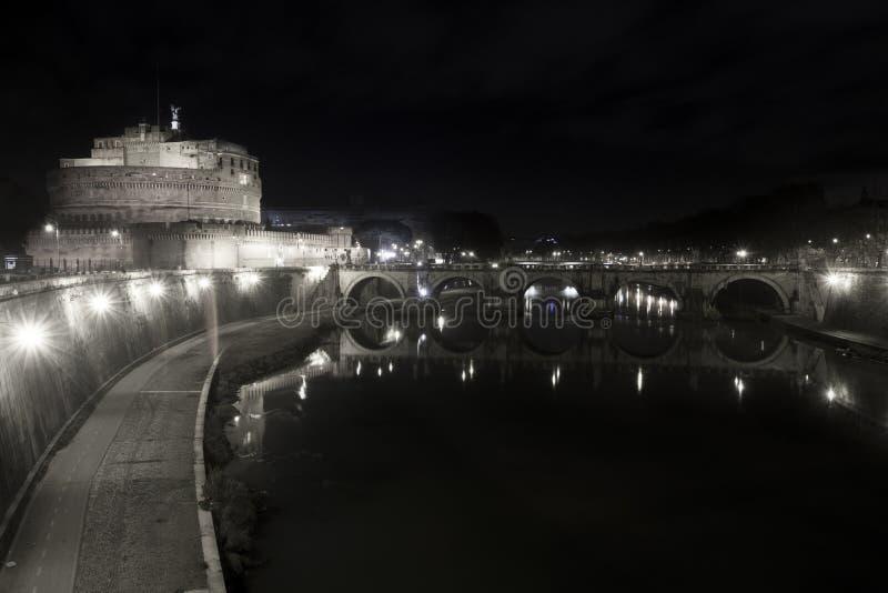 Ponte y castillo Sant Ángel, puente en Roma Italia Blanco negro imágenes de archivo libres de regalías