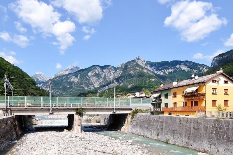 Pontebba, Италия Взгляд сухого русла реки Pontebbana в солнечном дне Красивые небо и горы в предпосылке стоковое фото rf