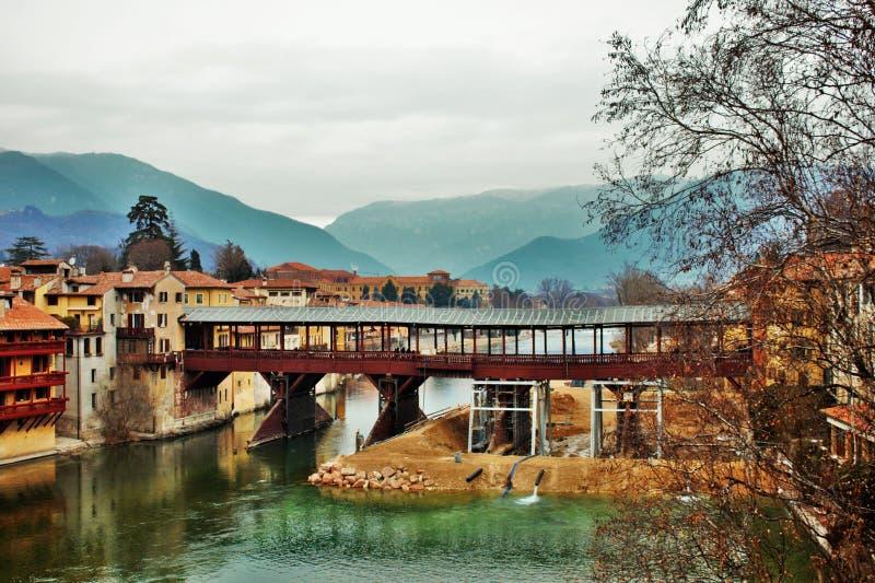 Pontedegli Alpini in Bassano del Grappa die momenteel reparaties toe te schrijven aan een instorting na een vloed ondergaan royalty-vrije stock foto