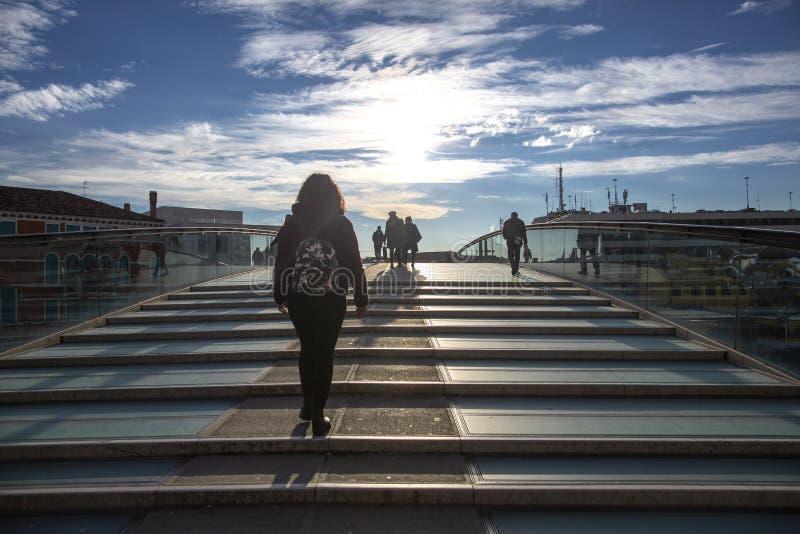 Pontedella Costituzione die die Grondwetsbrug over Grand Canal betekenen door Santiago Calatrava wordt ontworpen Mensen onthestep stock fotografie