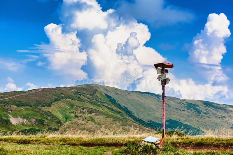 Ponteiro da trilha do metal na estrada nas montanhas Carpathian imagem de stock royalty free