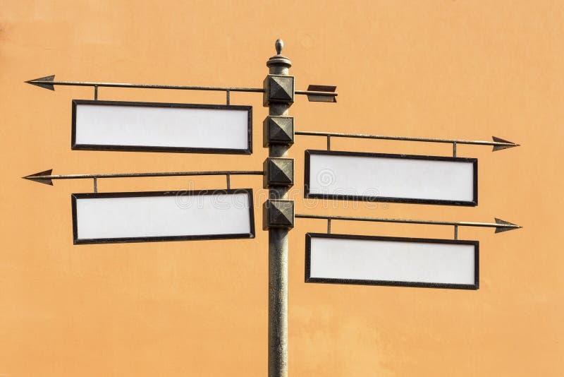 Ponteiro direcional vazio do metal dos sinais de estrada imagem de stock