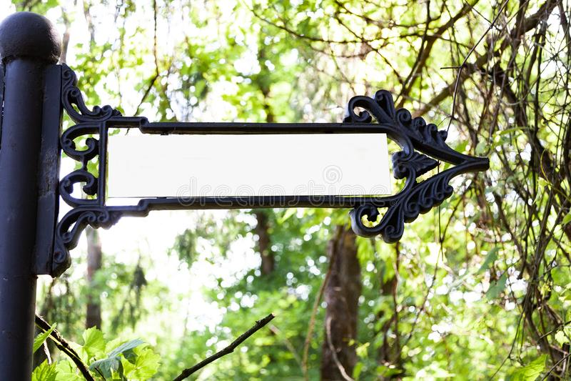 Ponteiro do metal no parque imagens de stock