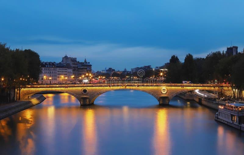 Ponten Louis-Philippe är en bro över floden Seine i Paris Det anknyter Quaien de Bourbon på den Ile Saint Louis med royaltyfri bild