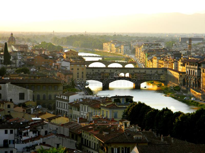 Ponten Vecchio från kullen i en sommarmorgon i Florence royaltyfri fotografi
