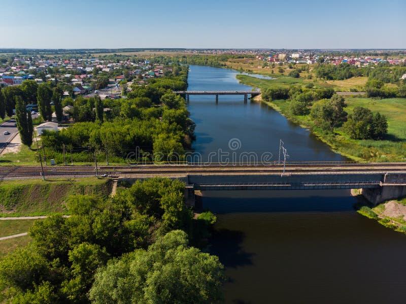 Pontes da estrada de ferro e do automóvel através do rio Matyra na cidade de Gryazi em Rússia fotos de stock
