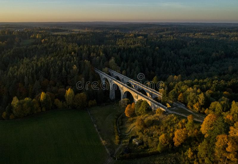 Pontes de estrada de ferro velhas no Polônia - opinião do zangão fotografia de stock royalty free
