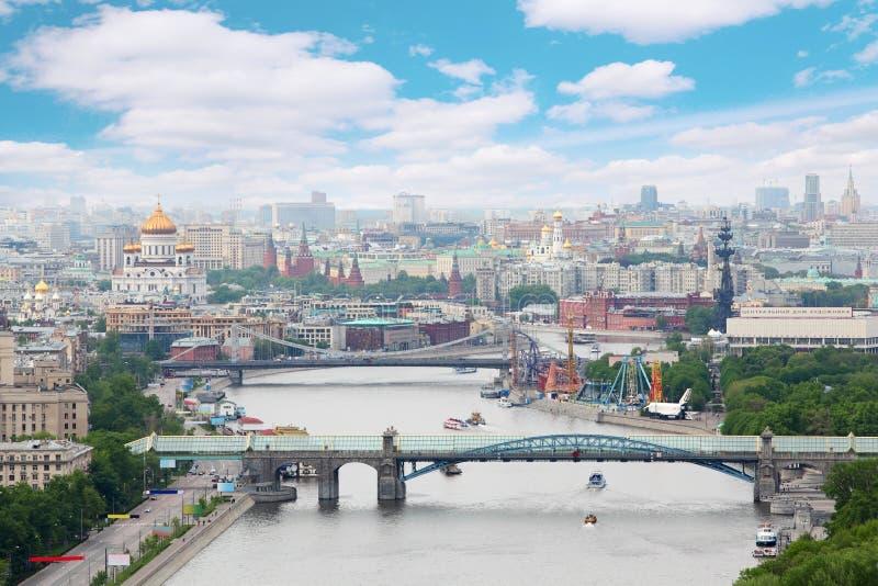 Pontes de Pushkinsky e de Krymsky no dia em Moscovo fotos de stock royalty free