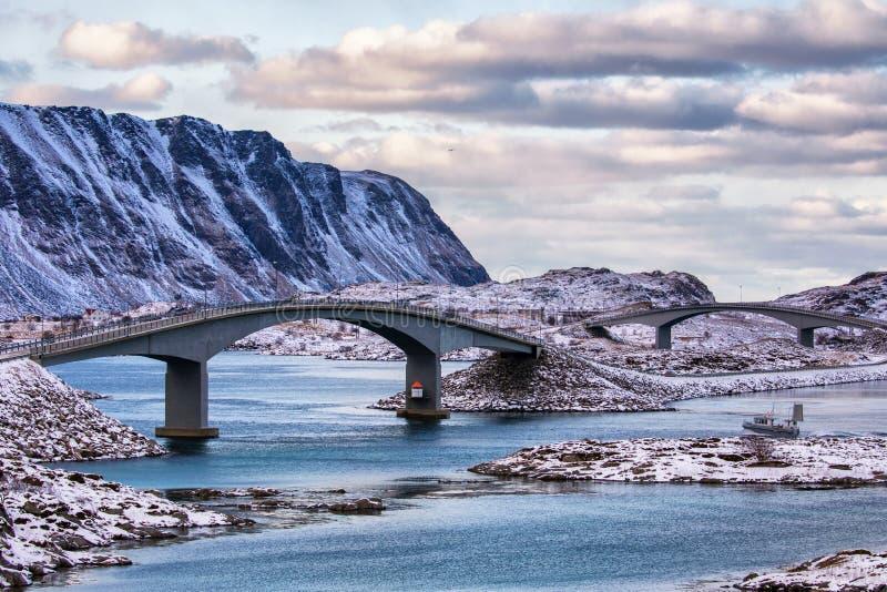 Pontes em ilhas de Lofoten fotos de stock